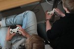 dzieci grające na playstation