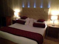 Duże łóżko w hotelu